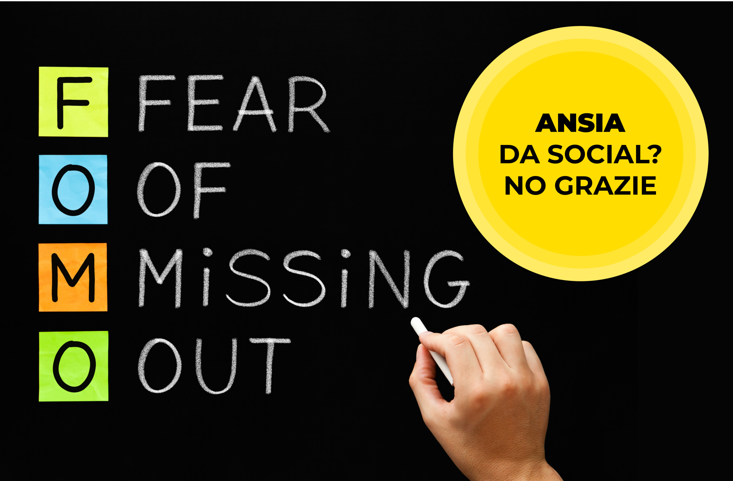 mano che scrive alla lavagna la paura di essere tagliati fuori, con a fianco sottotitolo dell'articolo sulla vita social
